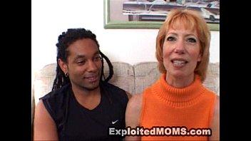 Упитанная домохозяйка чпокается с накачанным рабочим в супружеской спальне