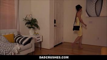 Софи прошлась по улице с вибратором в писечке, а вскоре после отдалась в объятия бдсм-щице