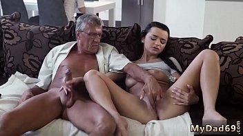Чувак долбит в пилотку молодую любовницу и одновременно выполняет куни мамочке