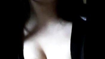 Лесбияночки в непродолжительных юбках сосут мохнатки в домашней обстановке