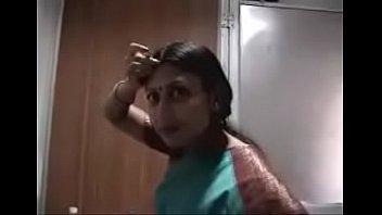 Темнокожий крендель пердолит здоровым членом девчонку с косичками на полу