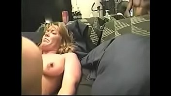 Латино-американка с длинный сисяндрой обнажается перед камерой и трясет дойками