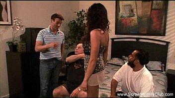 Лесбияночка страпонит соседку по комнатке перед вебкой и доводит ее до струйного оргазма