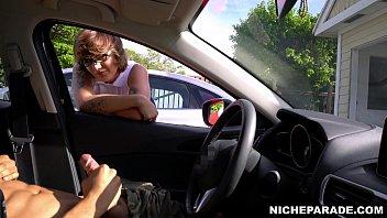 Сисястая милфа занимается поревом в машине