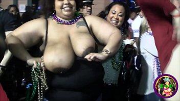 Необычайно худенькая девчоночка показала на камеру груди и подрочила киску