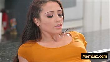 Умная бабуля rebecca rainbow разогрела молодого человека массажем и получила анальный секс