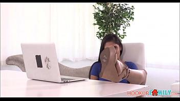 Шлюха-домохозяйка в положении дрочит саму себя пальцами