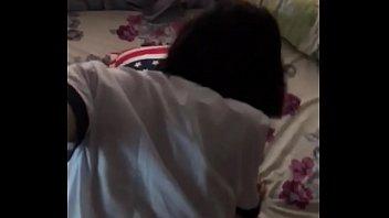 Телка на камеру удовлетворяет саму себя секс машиной в студии
