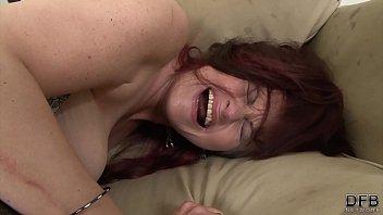 Молодая и созрелая лесбиянки с непродолжительными прядями делали друг спутнику куни в спальне