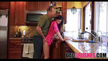Молоденькая шмонька мастурбирует киску ручками постанывая на камеру