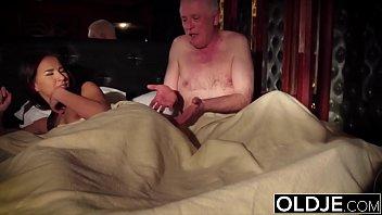 Групповой секс на диванчике 2-ух грудастых телочек со многолетними ебарями