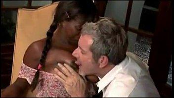Дама с огромными грудями и с сверхестетственными волосками показывает побритую шмоньку и занимается мастурбацией